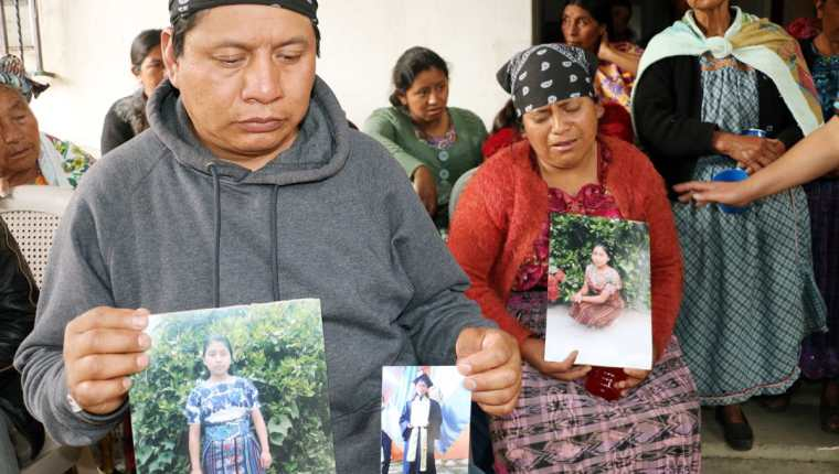 Padres de Claudia Gómez muestran fotografías de su hija en su vivienda en San Juan Ostuncalco, Quetzaltenango. (Foto Prensa Libre: Hemeroteca PL).