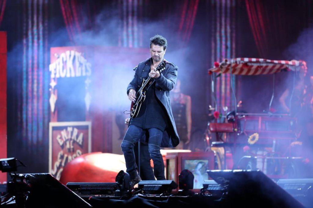 Arjona recibió en el 2017 de las manos de Don Francisco el premio A la trayectoria de los Premios Billboard de la Música Latina