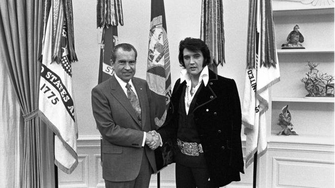 La foto de Richard Nixon dándole la mano a Elvis Presley en la Oficina Oval de la Casa Blanca, es el documento más solicitado de los Archivos Nacionales de EE.UU. (REUTERS)