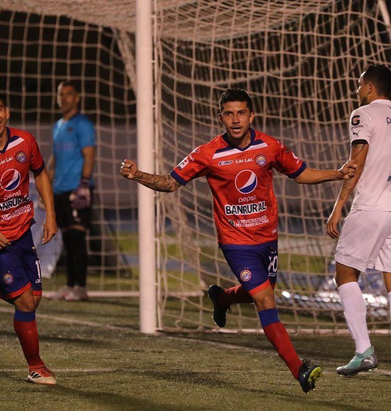 Xelajú y Comunicaciones se enfrentan esta noche en el estadio Dorotheo Guamuch Flores, en Ciudad de Guatemala, a las 20 horas. (Foto Prensa Libre: Hemeroteca PL)