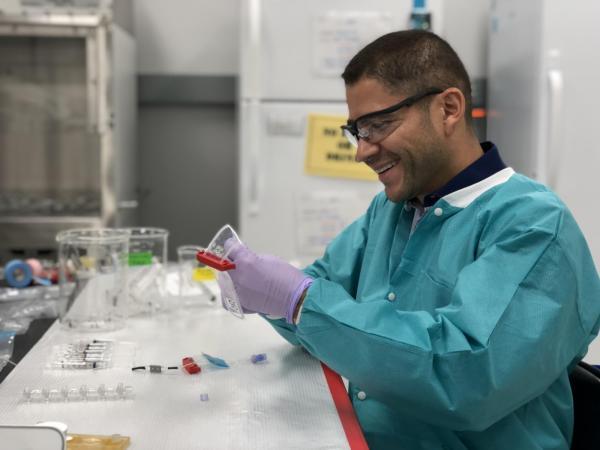 El Dr. Luis Zea ha trabajado en varias misiones espaciales con el objetivo de aportar beneficios a la tierra. Como administrador de integración de esta investigación, desarrolló un equipo para el descongelamiento de células cancerígenas en la microgravedad del espacio. (Foto Prensa Libre: University of Colorado Boulder)