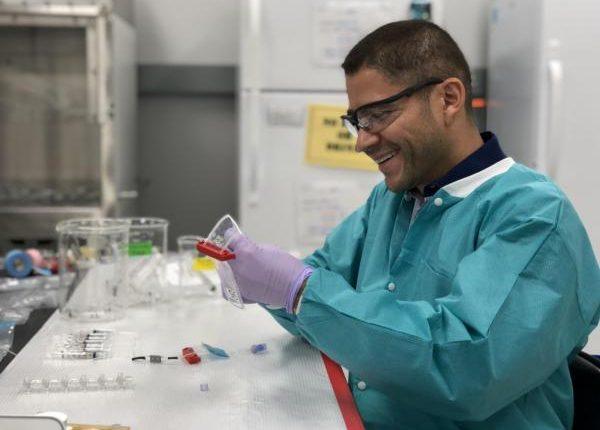 El doctor Luis Zea ha trabajado en varias misiones espaciales. Como administrador de integración de esta investigación, desarrolló un equipo para el descongelamiento de células cancerígenas en la microgravedad del espacio. (Foto Prensa Libre: University of Colorado Boulder).
