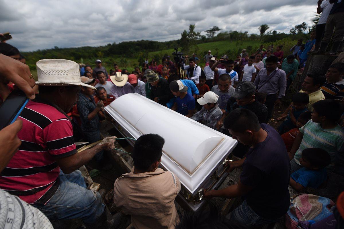 Personas que conocieron a Jakelin esperaban la llegada de los restos de la niña. (Foto Prensa Libre: AFP)