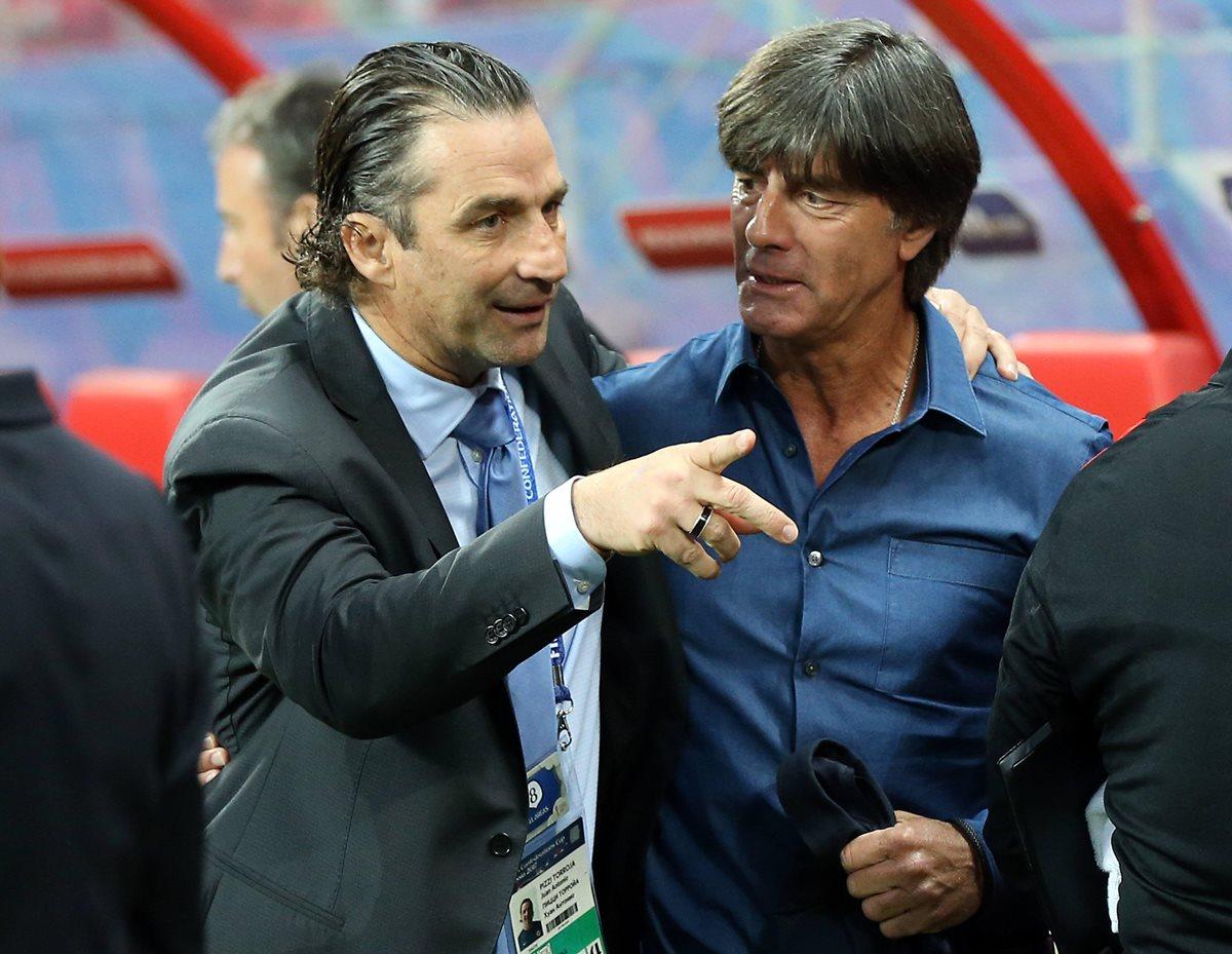 El técnico argentino Juan Antonio Pizzi saluda al entrenador alemán Joachim Löw antes del partido. (Foto Prensa Libre: EFE)