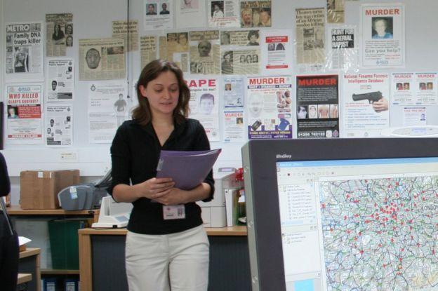 Frances Bates, retratada aquí en 2005, revolucionó la investigación con el uso del ADN familiar para encontrar el asesino de Gladys Godfrey. (FORENSIC SCIENCE SERVICE)