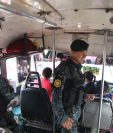 Agentes de la Policía Nacional Civil resguardan un bus de la ruta 22. (Foto Prensa Libre: Érick Ávila)