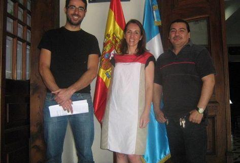 De izquierda a derecha: Juan Ramírez -gestor cultural del CCE/G), Inmaculada Ballesteros -directora del CCE/G) y José Farnés -promotor cultural y musical independiente-. Foto Prensa Libre: José Roberto Leonardo.