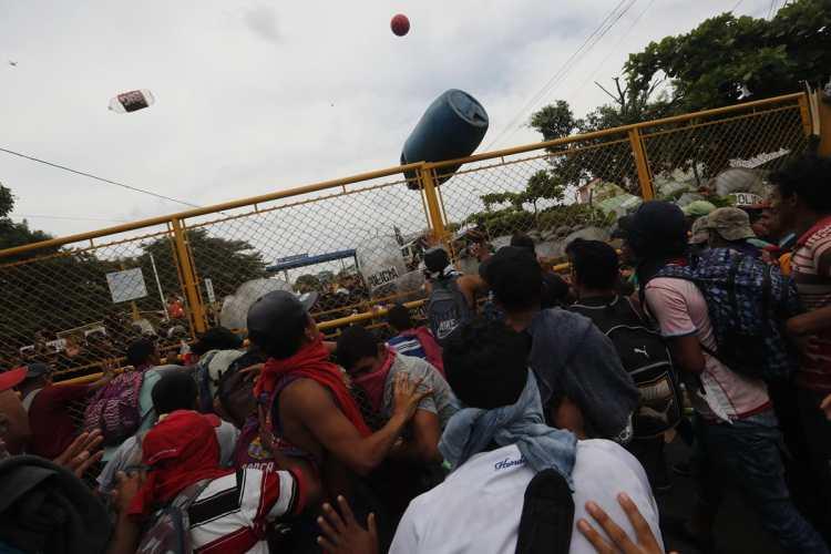 Las personas lanzaron objetos hacia donde estaban los elementos de seguridad guatemalteca.