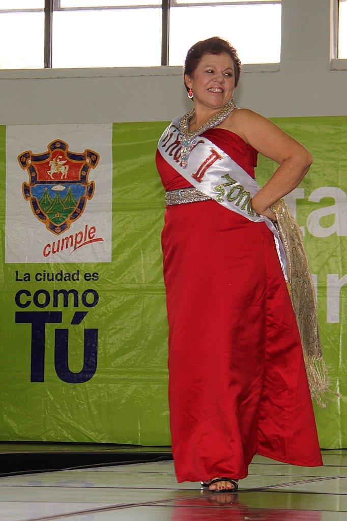 Ingrid Fidelina González de Valle recibe la bancada de Mrs. Abuelita 2017-2018. (Foto Prensa Libre: Municipalidad de Guatemala)