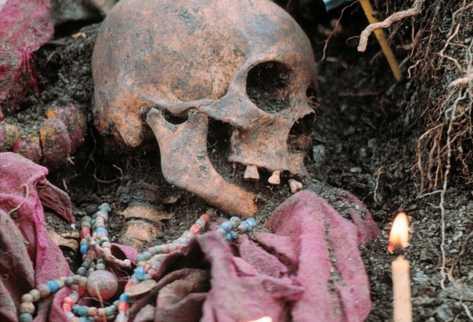 Exhumación de osamentas en Quiché, donde localizaron pertenencias de víctimas del conflicto armado. (Foto Prensa Libre: Archivo)