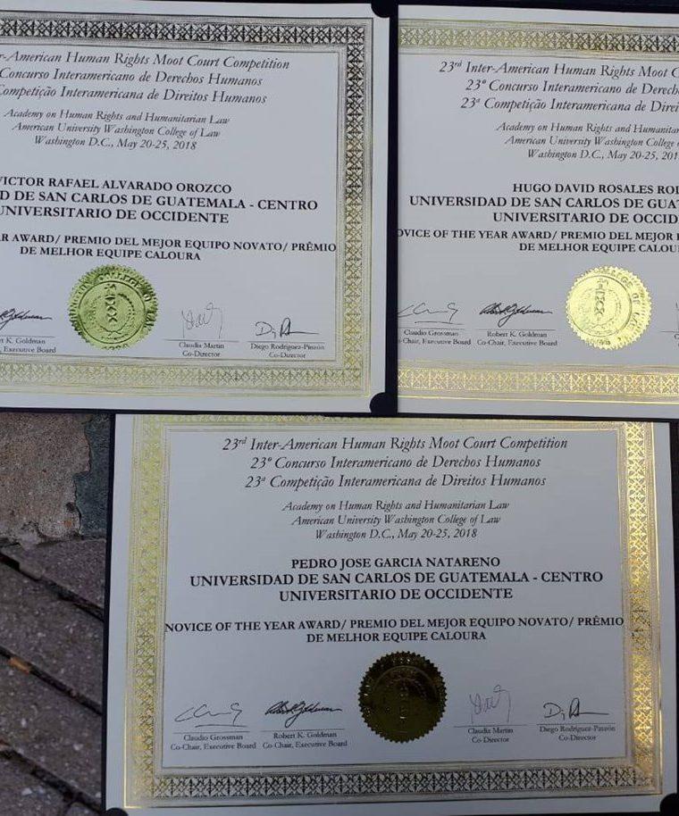 Los estudiantes de Derecho recibieron un reconocimiento cada uno. (Foto Prensa Libre: Cortesía)
