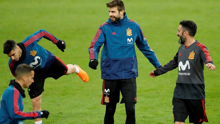Gerard Piqué junto a Marco Asensio durante el entrenamiento de la Selección de España en Düsseldorf, Alemania. (Foto Prensa Libre: EFE)
