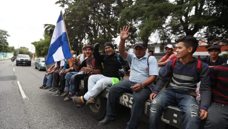 Los hondureños se movilizan en grupos dispersos hasta la frontera con México. (Foto Prensa Libre: Óscar Rivas)