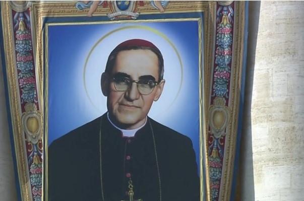 Miles de salvadoreños presencian la canonización del monseñor Óscar Arnulfo Romero en la Santa Sede