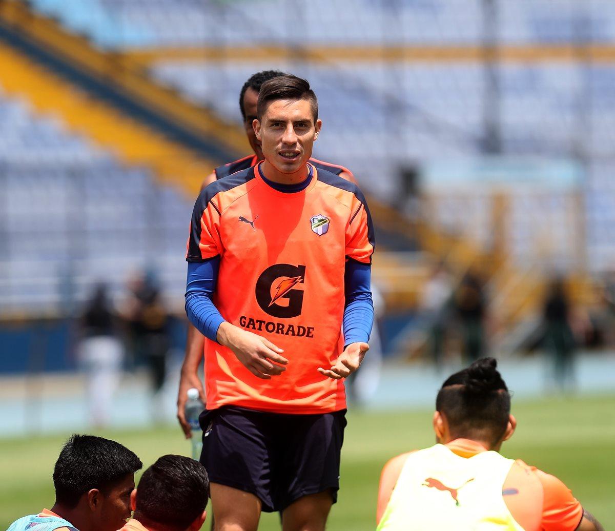 Elías Enoc Vásquez apunta a la titularidad en Comunicaciones el clásico de mañana contra Municipal. (Foto Prensa Libre: Carlos Vicente)