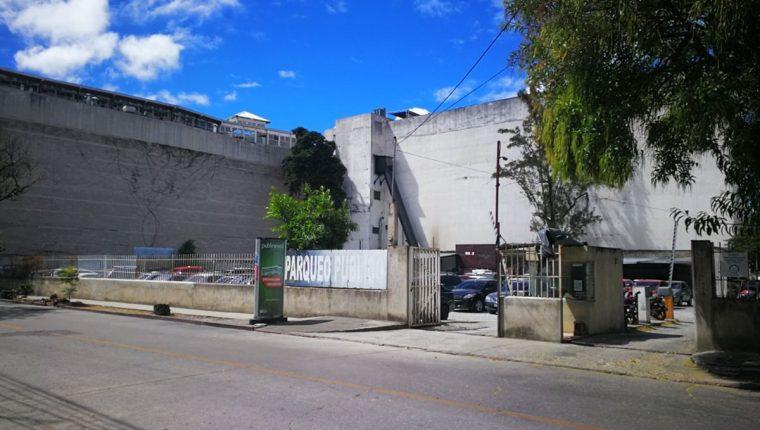 Parqueo en la zona 10 donde fue abandonado un vehículo que habrían utilizado delincuentes para robar un banco. (Foto Prensa Libre: HemerotecaPL)