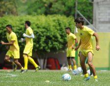 Luis de León durante la práctica de este martes en el estadio David Cordón Hichos. (Foto Prensa Libre: Francisco Sánchez)