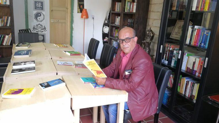 Sergio Javier Iriarte Saavedra tuvo la idea de colocar una biblioteca café en Quetzaltenango, indica que no busca obtener ganancias, solo promover la lectura. (Foto Prensa Libre: Fred Rivera)