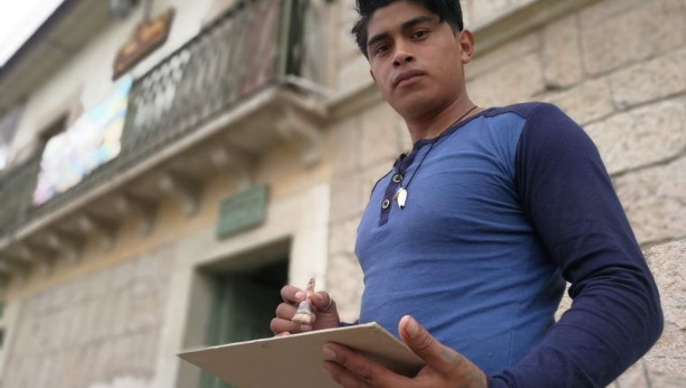 Walter Pérez sueña con dar a conocer la cultura guatemalteca en el extranjero con sus obras. (Foto: Fred Rivera)