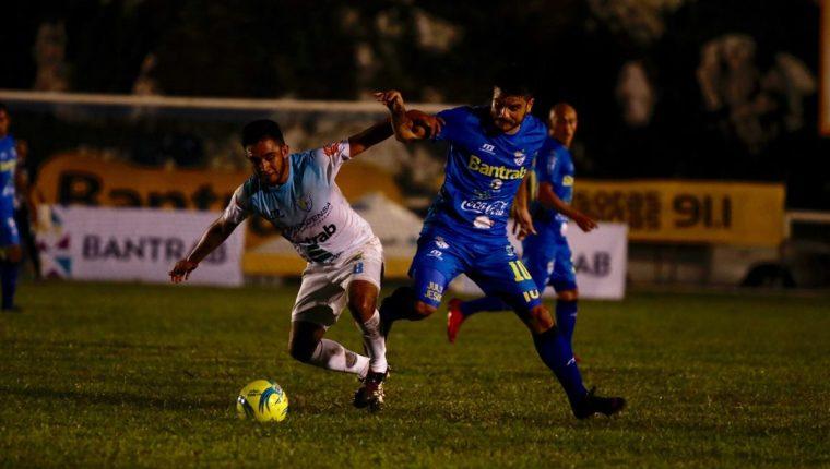 Benedicto Aldana controla el balón ante la marca de Edi Danilo Guerra. (Foto Prensa Libre: Eduardo Sam)