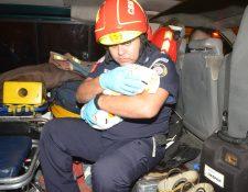 Socorristas examinan a una bebé que fue abandonada en la zona 1 de la capital. (Foto Prensa Libre: Bomberos Municipales)