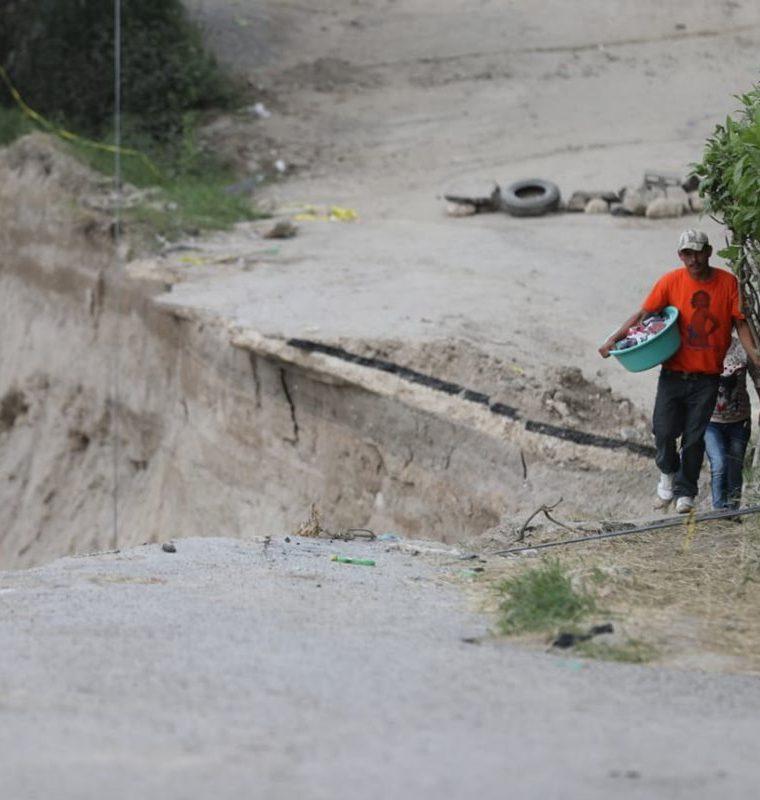 Vecinos del área temen que se originen más desprendimientos de tierra.(Prensa Libre: Óscar Rivas)