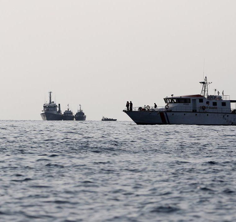 Miembros de los servicios de rescate recuperan restos del avión accidentado en Indonesia en el puerto Tanjung Priok en Yakarta. El avión de la compañía indonesia de bajo coste Lion Air, llevaba 188 ocupantes a bordo. (Foto Prensa Libre: EFE)