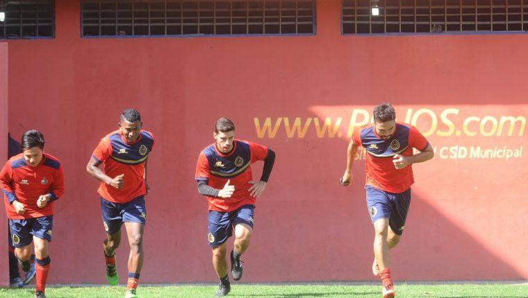 Carlos Kamiani (derecha)realiza un entrenamiento este miércoles en el estadio El Trébol. (Foto Prensa Libre: Francisco Sánchez).