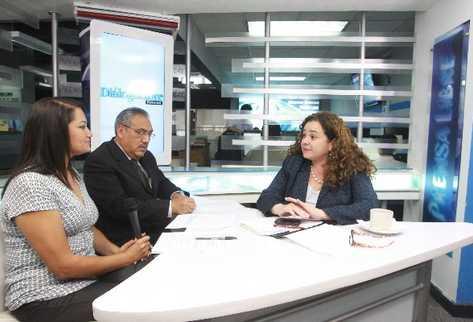La fiscal general,  Claudia Paz y Paz —Der.—, expone sus argumentos, durante la entrevista en el segmento Diálogo Libre,  a la periodista Rosmery González y al editor Rodolfo López.