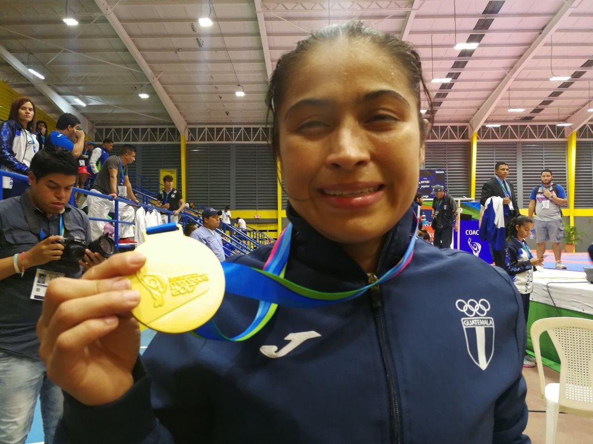 Cheili González muestra con orgullo su presea dorada. (Foto Prensa Libre: Carlos Vicente)