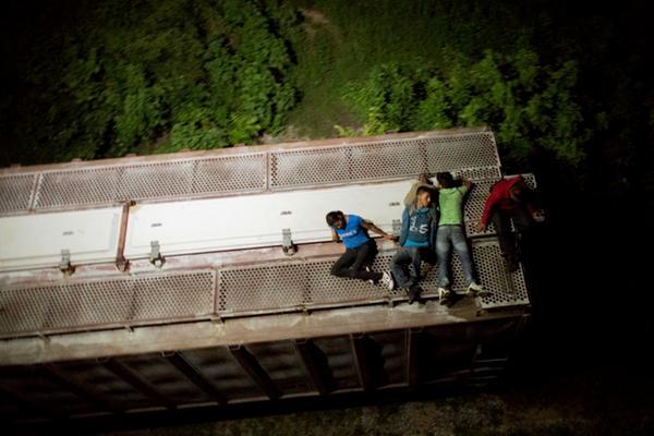 Pocos migrantes logran evadir los controles de seguridad de las autoridades mexicanas. (Foto Prensa Libre: AP)