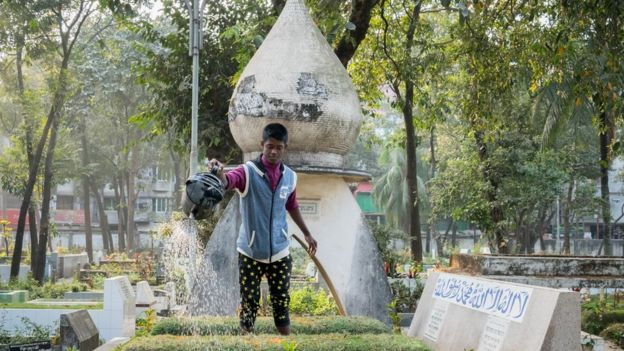 Muchos familiares pagan sobornos a los cuidadores de los cementerios para que no pongan otro cuerpo en el lugar donde esta enterrado un ser querido. (Foto: Amirul Rajiv). AMIRUL RAJIV