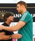 Joachim Löw saluda a Manuel Neuer durante la conferencia de prensa en la que se dio a conocer los convocados de Alemania. (Foto Prensa Libre: AFP)