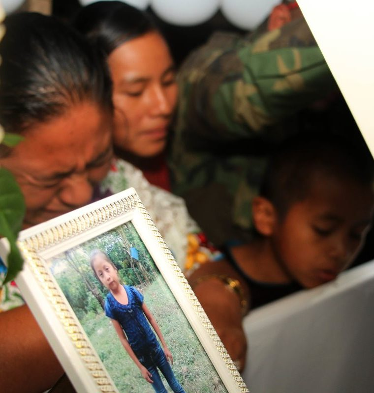 Familiares de Jakelin Caal lloran su muerte. (Foto Prensa Libre: Eduardo Sam Chun)