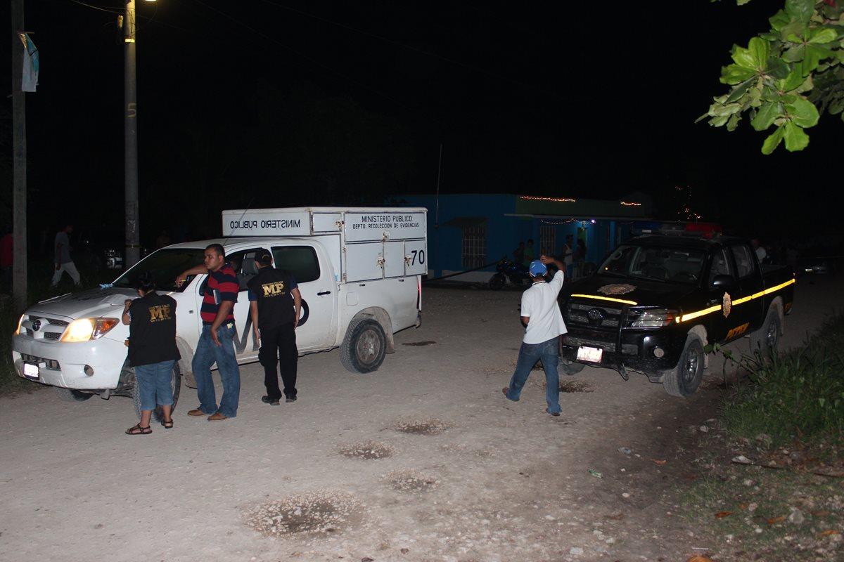 Fuerzas de seguridad acordonan el área donde un presunto delincuente fue baleado por desconocidos, en San Benito, Petén. (Foto Prensa Libre: Rigoberto Escobar)