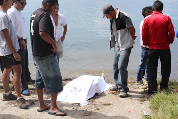 El cadáver de Pedro Chan Cux fue rescatado de aguas del Lago de Atitlán. (Foto Prensa Libre: Ángel Julajuj).