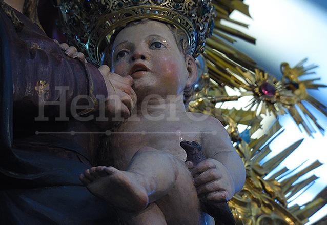 Detalle del Niño Jesús tomando del pecho de la Virgen y sosteniendo un pajarito en su mano izquierda. (Foto: Néstor Galicia)