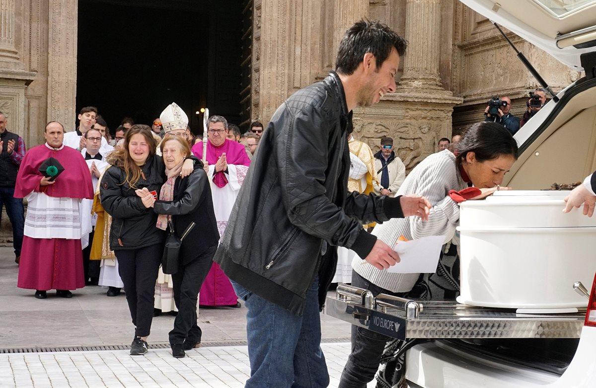 Los padres de Gabriel Cruz acompañan el féretro a la salida de la Catedral de Almería, España. (Foto Prensa libre: EFE