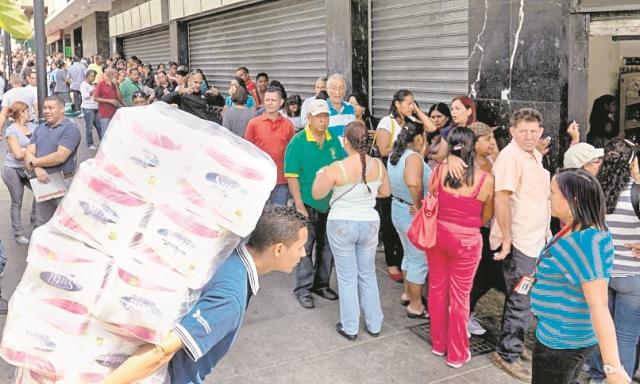 Venezolanos afrontan escasez de productos. (Foto Prensa Libre: AFP).