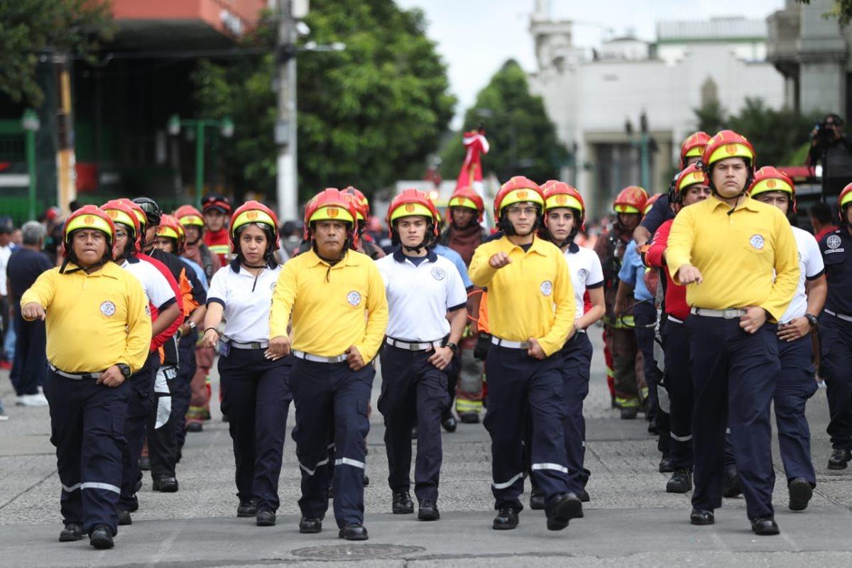 Los socorristas municipales marchan con gallardía. (Foto Prensa Libre: Esbin García)