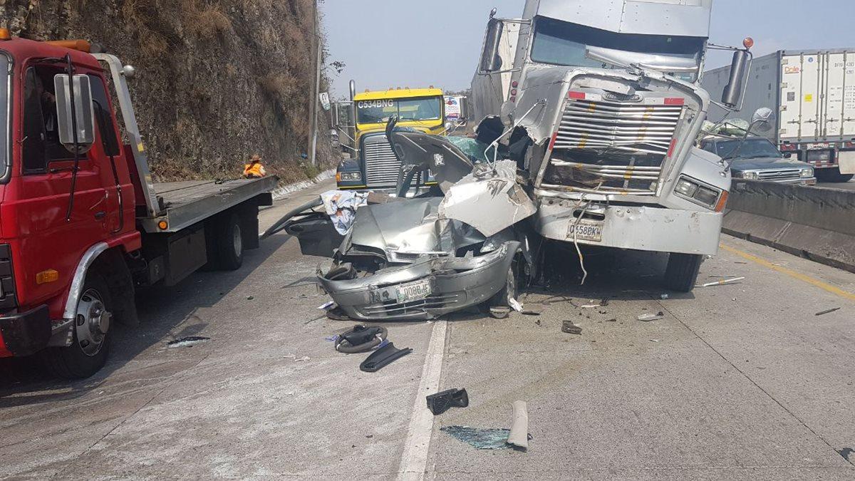 En el km 20, ruta al Atlántico, se registró una triple colisión. (Foto Prensa Libre: Cortesía Provial)