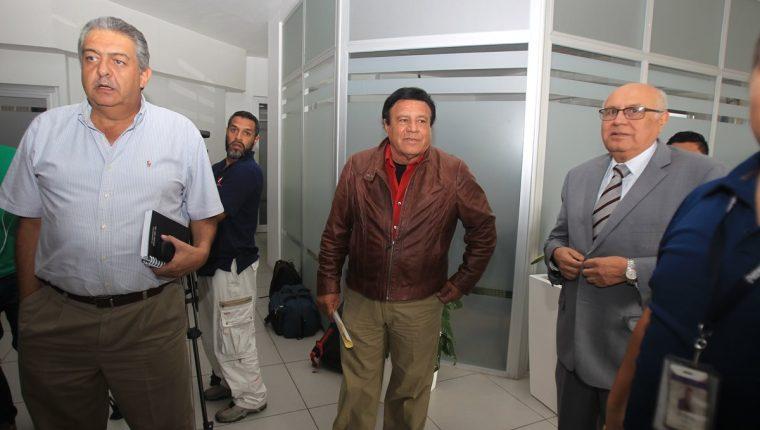 Jorge Mario Véliz, Mario Valdez y Manuel Polanco, encabezaron el grupo de asambleístas del futbol que llegaron este viernes a la CDAG para celebrar una reunión de trabajo (Foto Prensa Libre: Carlos Vicente)