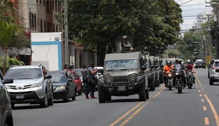 Vehículos J8 pasan frente a la sede de la Cicig, en la zona 14 el 31 de agosto. (Foto Prensa Libre: Hemeroteca PL)