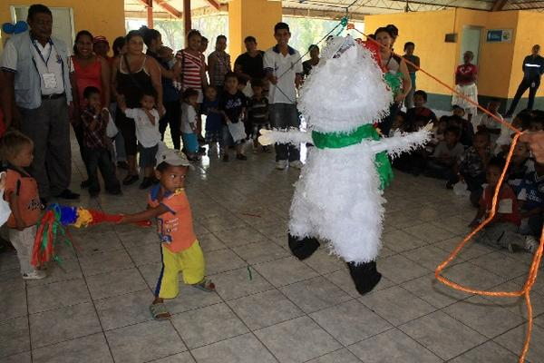 Niños participan  en la quiebra de piñatas, en Puerto San José, Escuintla.