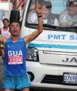 Vicente Pascual en el ingreso a la meta; los ocupantes de la unidad de la PMT de Salcajá gesticulan porque casi arrollan al corredor. (Foto Prensa Libre: Raúl Juárez)