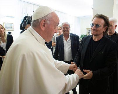 El papa Francisco recibió al cantante de U2, Bono, en el Vaticano. (Foto Prensa Libre: EFE)