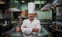 El chef Paul Bocuse en la cocina de su restaurante L'Auberge de Pont de Collonges. La fotografía fue tomada en noviembre de 2012. (Foto Prensa Libre: AFP).