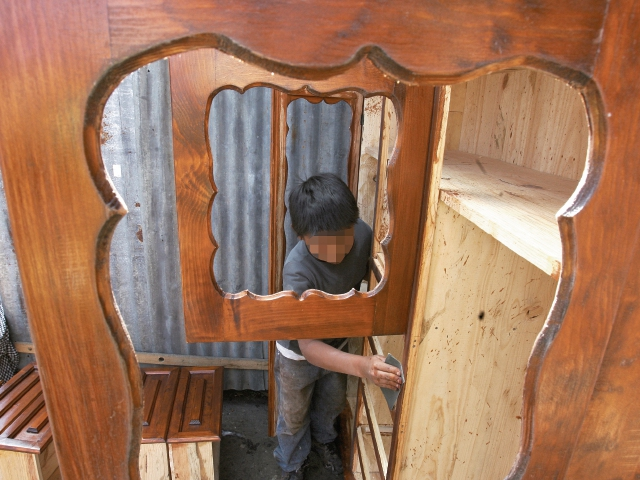 Miles de niños viven en pobreza y se ven obligados a trabajar para ayudar a su familia.