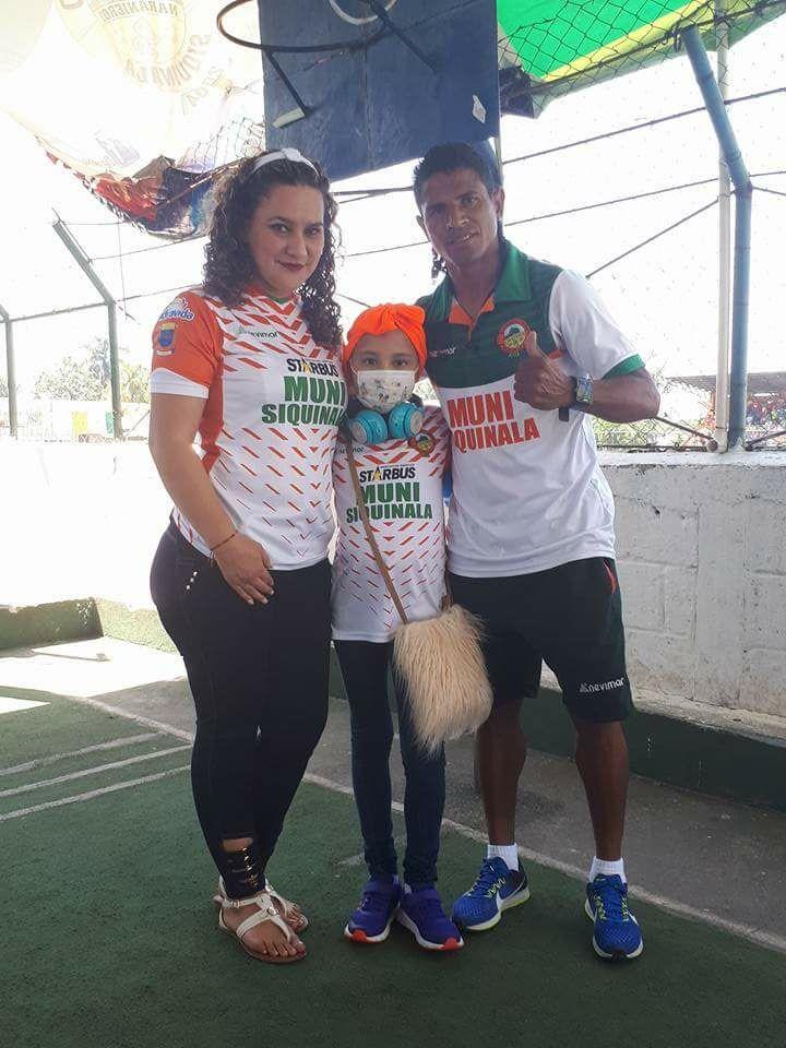 Jessica Sanabria y Karen y David Espinoza, sonríen en el estadio de Siquinalá, previo al juego contra los cremas. (Foto Prensa Libre: Cortesía David Espinoza)