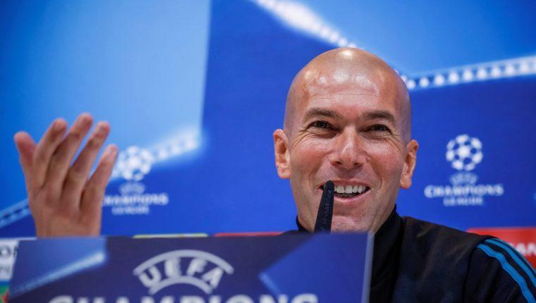 El francés Zinedine Zidane entrenador del Real Madrid, durante la conferencia de prensa de este martes, previo al juego contra el PSG. (Foto Prensa Libre: EFE)